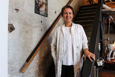 Vibeke Jerkaas Schelin har holdt til i sitt atelier i halvannet år. For første gang siden pandemien stengte landet åpner hun denne helgen dørene for publikum.