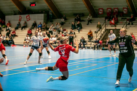 Her overlister Ida Syversen Byåsens keeper Annick Lipman igjen. 31-23 vant FBK etter åtte scoringer fra kantspilleren.