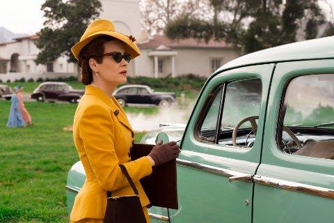 Sarah Paulson spiller oversøster Mildred Ratched.