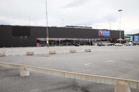 Parkeringsplassen utenfor grensegiganten Nordby shoppingsenter har stått tom lenge. Nå roper kommunalrådet i kommunen varsku. (Bildet er fra mai i år).