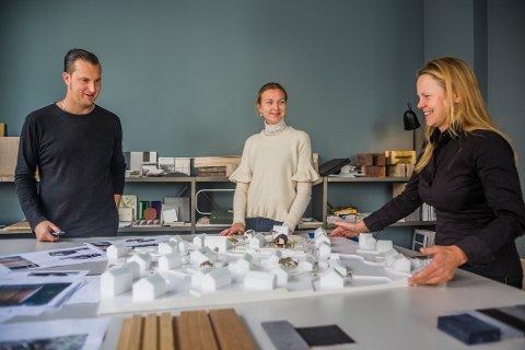 Arkitektene Line Solgaard (til høyre), Martin Vaagland og praktikant Paula Eriksen Hegg ønsker å være med på utviklingen av fremtidens Fredrikstad. Her rundt en modell av et nytt boligområde som skal settes opp i Oredalen.