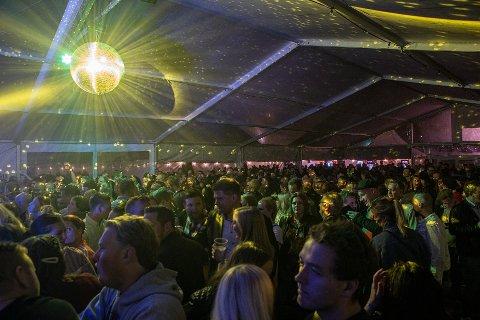 Slik så det ut da flere 100 samlet seg i teltet til Råde Parkfestival lørdag 12. oktober i fjor. I år blir det ingen festival.