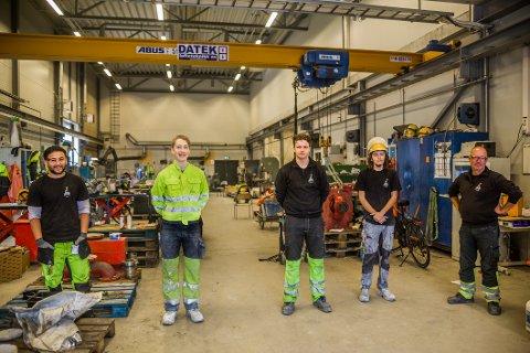 Fire av lærlingene ved Kronos Titan, fra venstre: Najib Mehrabi, Rane Skulesson Stene, Andreas Andresen Lorentzen og Benjamin Svendsen, sammen med Rino Wilberg, faglig leder for industrimekanikeropplæringen.