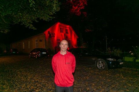 """Knut Ole Ringstad er en av Norges mest erfarne scenebyggere. Dersom kompensasjonsordningen for korona-krisa fjernes 1. november frykter han for jobben. Knut Ole deltok i """"Red Alert-aksjonen"""" utenfor Gamlebyen Kulturhus igår."""