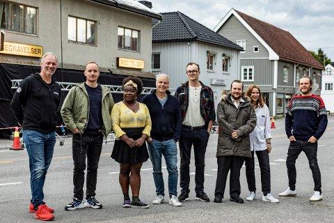 På plass i Skarnes for å lage Netflix-moro.  I midten ser vi serieskaper Petter Holmsen og regissør Harald Zwart.