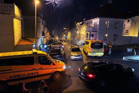 Bilisten har parkert bilen midt i gaten. Det forsinket unødvendig de to ambulansene som var under utrykning natt til 1. januar.