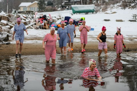 Det var ikke antydning til nøling da damene ruslet målbevisst ut i vannet søndag ettermiddag.