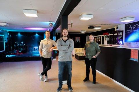 Petrus Hagelund (26), Daniel Andre Johansen (30) og Silje Andersen (25) viser frem lokalen i 3. ETG- Kulturverksted.