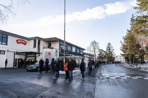 TÅLMODIGHETSPRØVE: De skal ha god tålmodighet som skal sikre seg dråpene til lørdagskosen her i Østerås lørdag formiddag. Foto: Simen Lønning (Nettavisen)