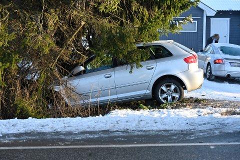 NESTEN HJEMME: Bilen som ble påkjørt bakfra havnet rett i et tre - like ved hjemmet sitt, opplyser politiet.