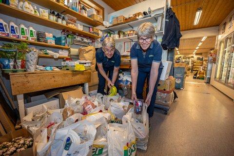 JOKER VIKANE: Tove Hansen og Vigdis Andersen pakker ofte varer og kjører dem hjem til kundene. Det har de ansatte på Joker Vikane gjort lenge før pandemien.