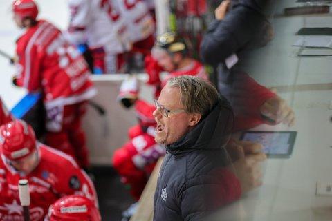 Anders Olsson manet på sine spillere under lørdagens kamp, hvor Stjernen til slutt klarte å kjempe seg til tre poeng på Hønefoss.