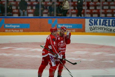 Filip Gunnarsson (til høyre) har fått nytenning i Stjernen. Her i samtaler med kaptein Andreas Heier.