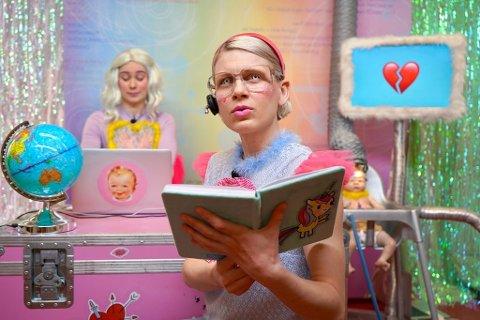 Nikoline Spjelkavik og Victoria Røising underviser om seksualitet, identitet, følelser, kropp og pubertet i pastellrom.