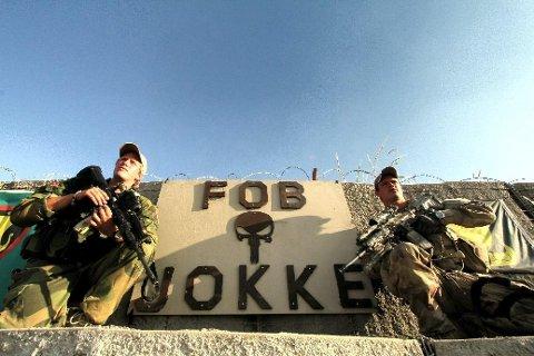 AFGHANISTAN 2010: Fredrik Friberg (til venstre) og Kristoffer Brovold ved minneplaketten til Claes Joachim Olsson ved fronten i Nord-Afghanistan.