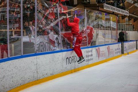 Slik feiret Håkon Imset Stormli 8-3 seieren over gamle lagkamerater sammen med Red Beavers,
