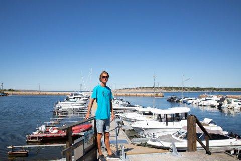 Henrik Helgesen hadde mye å gjøre med båtplasser og gjestehavn i sommer. På landsiden har han også restaurant og båtverksted.