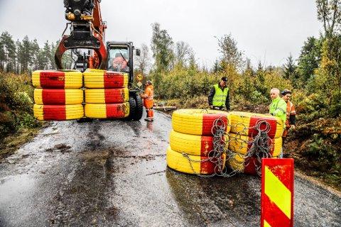 FJERNES: Her fjernes de tunge bildekkene som har sperret grensa til Sverige ved Berby i Enningdalen. Foto: Hanne Eriksen/HA