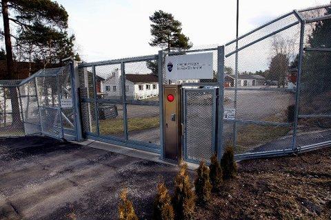 En nå 70 år gammel kvinne er tiltalt for å ha utøvd vold mot en fengselsbetjent mens hun var innsatt på Ravneberget fengsel i fjor høst.