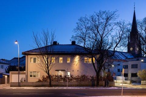 Mange av Fredrikstads innbyggere har trolig passert dette huset mer enn én gang. Eiendommen midt i Fredrikstad sentrum, i triangelet mellom St.Croix-krysset, domkirkeparken og Apenesfjellet, er nå til salgs.