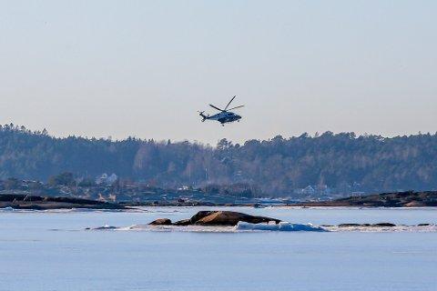 Politiet var også på plass med sitt helikopter.