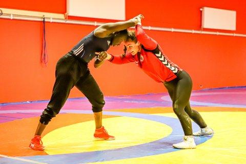 Atlas' toppbrytere Grace Bullen og Othelie Høie under lørdagens trening. Nå skal det i enda større grad tilrettelegges for jentene både i Atlas og nasjonalt.