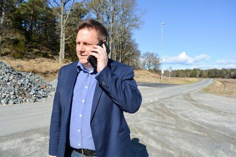 Ordfører René Rafshol (H) vil forsøke å få flyttet bygninger og gårdstun som blir liggende i den anbefalte traseen for Haug-Seut. Foto: Torgeir Snilsberg, Moss Avis