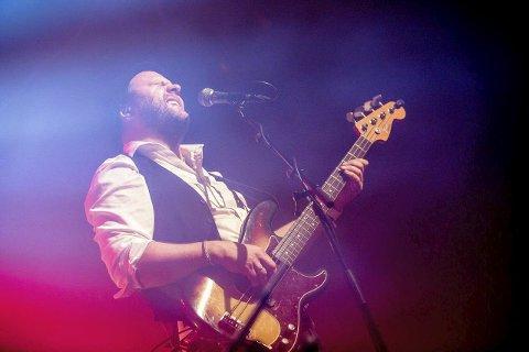 Bassist Rino Johannessen i karakteristisk stil når han spiller på scenen.8 FOTO: PRIVAT