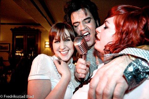 Konsert med Elvis-imitator Kjell Elvis på Majorstuen i Gamlebyen: Ann-Kristin Olsen (t.v) og Sigrid Bendz nøt å være på scenen sammen med rocke-helten. Foto: Bjørn K. Frostad, 04.03.2006