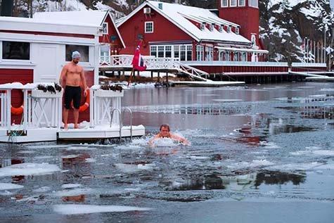 Hotelleier Henning Forsberg i fri dressur mellom isflakene ved Seilerkroa på Hankø. Og det er slett ikke bare til ære for fotografen, men noen han gjør innimellom, bedyrer han.