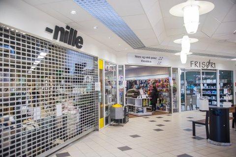 Mens de andre butikkene på Begby Senter kan holde åpent, stengte politiet Nille.