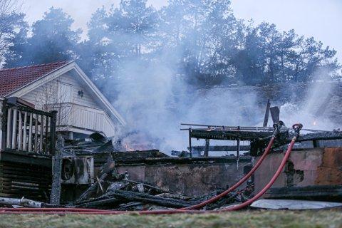 Huset var totalt nedbrent da FBs fotograf ankom søndag morgen. Alle de seks som befant seg i boligen kom seg ut uten store skader.