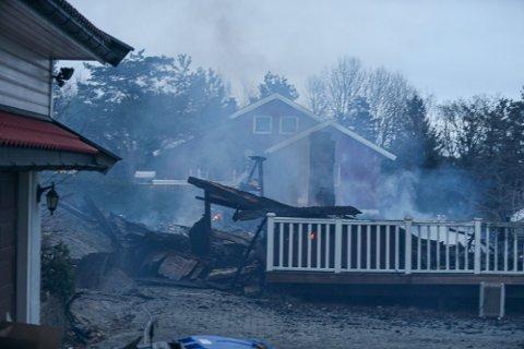 Huset var fullstendig utbrent etter at brannvesenet hadde jobbet i flere timer med å slukke brannen.