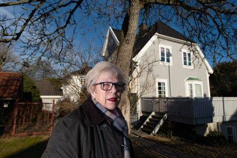 Inger Christine Apenes bor i dag i boligen der moren ble drept for 43 år siden. Hun sier at hendelsen fortsatt preger familien, men at de har lært seg å leve med det.