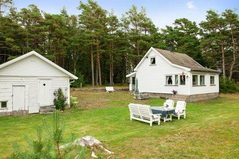 Denne eiendommen har vært brukt som hytte, men skal nå selges  med boplikt. Prisen er satt til praktisk talt 5,5 millioner kroner.