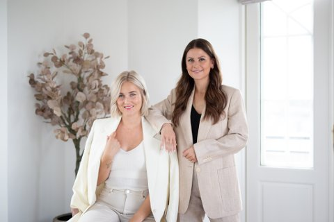 Kaja-Marie Christensen (t.v.) og Maria Sagvik Linde har startet eget firma hvor de satser alt på å hjelpe bedrifter på sosiale medier, og har startet eget firma.