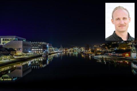 Det er mye lys i Fredrikstad sentrum på kvelder og netter. Hermund Arntzen Dale i Rødt mener at kommunen bør ha en strategi for hvordan det ikke skal bli altfor mye uønsket lys.