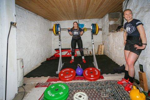 Jenny Marie Johansen (til høyre) og Anna Heranger trener til VM i styrkeløft for tiden i førstnevntes kjeller på Lisleby