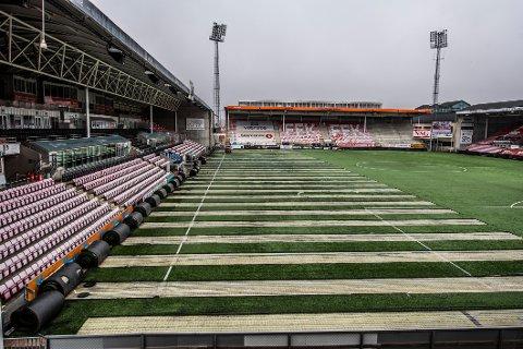 Arbeidene med å fjerne det gamle kunstgresset er i gang. I løpet av kort tid vil det være et splitter nytt banedekke på Fredrikstad Stadion.