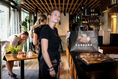 Sushi-kjeden Sabrura har i løpet av kort tid vokst fra åtte til 16 restauranter i Norge. Nå kommer de til Fredrikstad. Bildet er av servitør Stine som jobber ved restauranten i Trondheim.