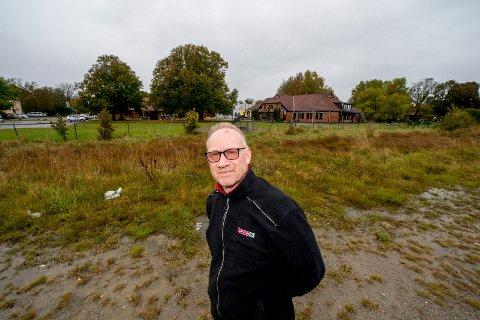 Henning Solgaard håper nå at veien videre frem til ny dagligvarebutikk her ved Offisersporten vil gå raskt etter at Kommunal- og moderniseringsdepartementet sa ja til etableringen.