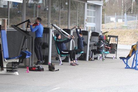 Med to meters mellomrom står treningsapparatene linet opp langs veggen på utsiden av SPARTA treningssenter i Ski