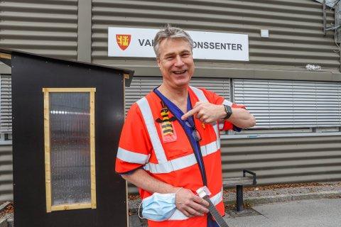 Kyrre Sæther sørger for å myke opp stemningen på vaksinesenteret på Kråkerøy.