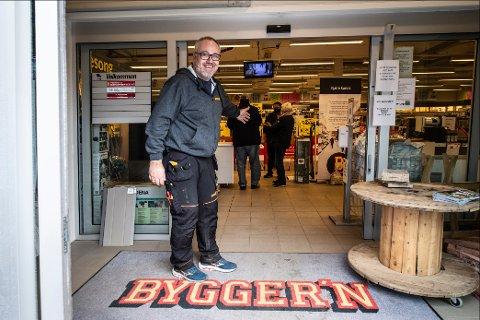 Daglig leder hos Bygger'n på Hvaler, Hans Petter Delås, har ikke sett noe lignende på 36 år. Det er vanskelig å få varer og prisene vil ha gått opp 55 prosent 1. juni.