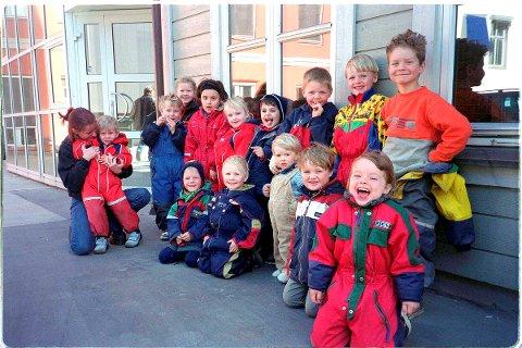 Barna i Gudevold barnehage har hatt auksjon av egenlaget kunst og har samlet inn penger til Redd Barna. Foto: Sten Walther Karlsen, 04.05.2001