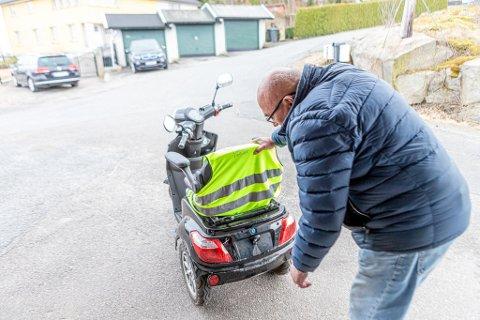 Olav Hansen (86) viser frem skadene han fikk på scooteren etter han veltet på Floabrua. Hvor mye det koster å fikse skadene vet han ikke enda.