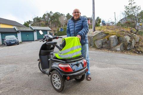 Olav Hansen (86) fikk seg en støkk da han skulle kjøre over gangbrua. (Foto: Harry Johansson)