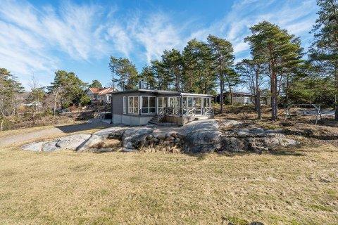 Denne hytta ved Buvikstranda i Onsøy er en av få fritidseiendommer som er lagt ut for salg i vårt distrikt denne våren.