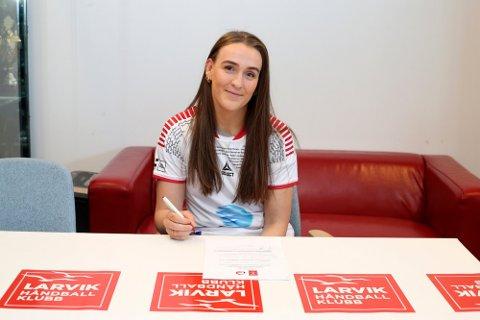 Andrea Rønning har som sin venninne Dorthe Groa signert for Larvik HK - to år etter forrige gang. Her signerer hun en treårskontrakt med klubben. Foto: Svein André Svendsen