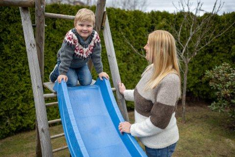 LEKE: Fem år gamle Sondre ble smittet av den bitiske virusmutasjonen. Nå er han ute av isolasjon og i full aktivitet. Her sammen med mamma Hege Johansen Bogen.